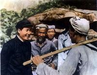 1939年在延安杨家岭和农民谈话